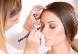 Come applicare correttamente l'illuminante nel viso