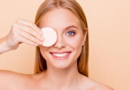 Rimuovere il trucco correttamente senza aggredire la pelle